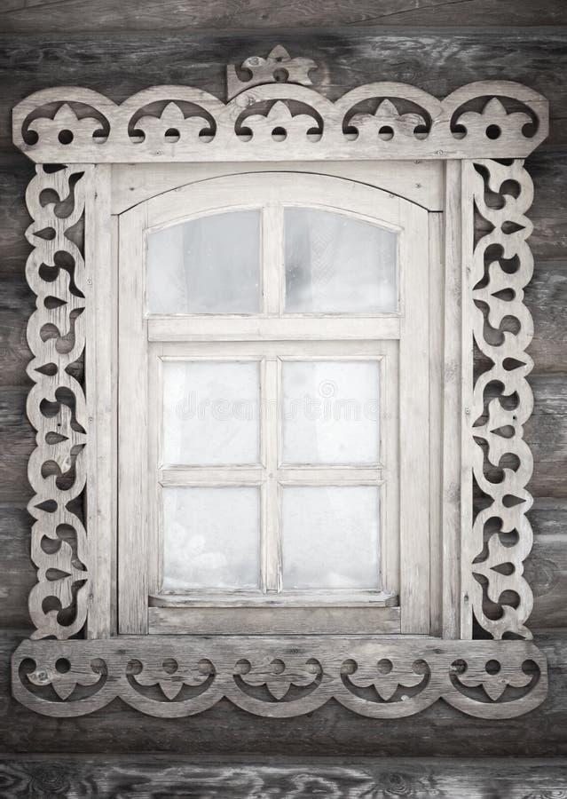 Ett litet antikt lantligt fönster royaltyfria foton