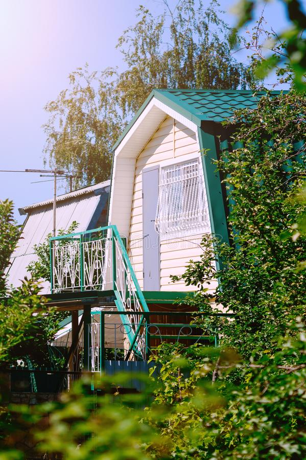 Ett litet landshus med en trappuppgång till loften royaltyfri foto