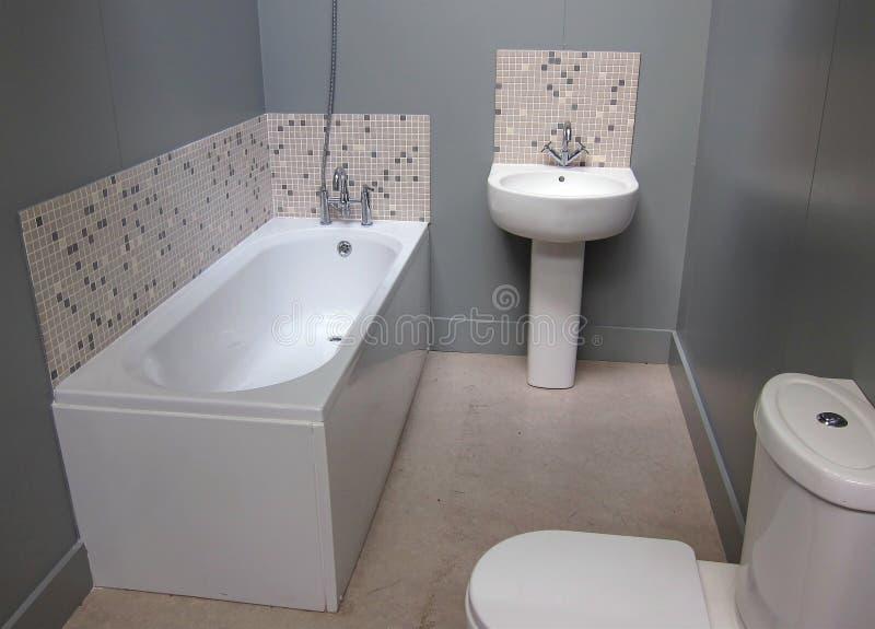 Ett litet modernt badrum. royaltyfri foto