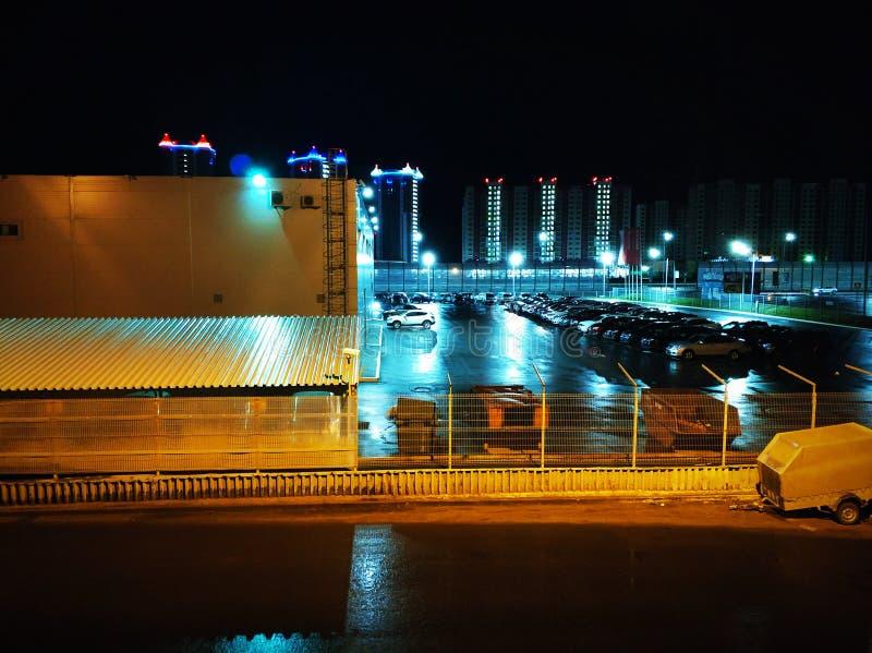 Ett litet stads- landskap p? parkeringshuset natt arkivbild
