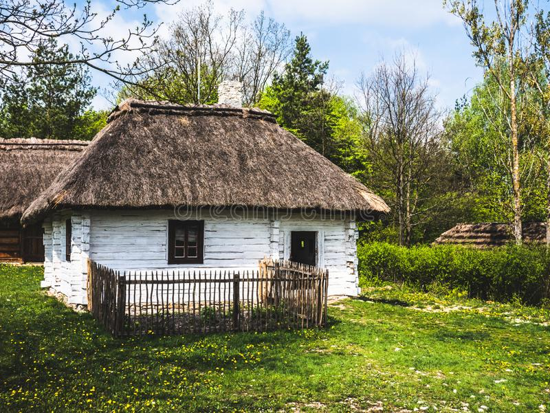 Ett litet trähus i bygden royaltyfri fotografi