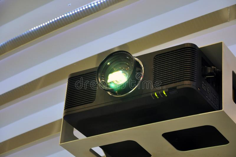 Ett ljus fr?n overheadprojektorn i en m?tesrum royaltyfria foton