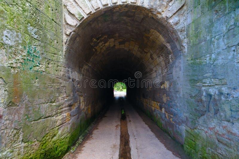 Ett ljus slutligen av en tunnel Utgång från den Nakhimov ravin, Sevastopol arkivfoton