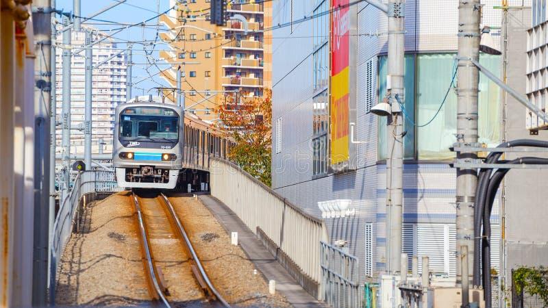 Ett lokalt drev ankommer på den Ikebukuro stationen royaltyfria foton