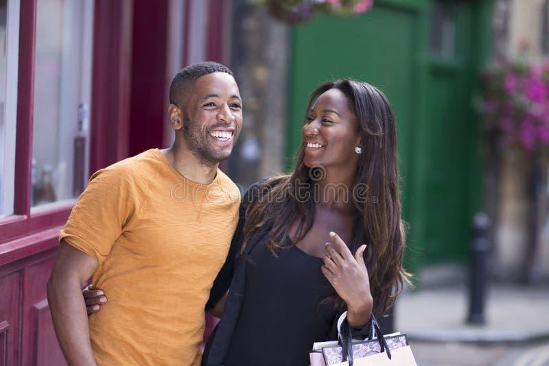 Ett lyckligt afrikansk amerikanpar som ut tycker om en dag tillsammans arkivfoton