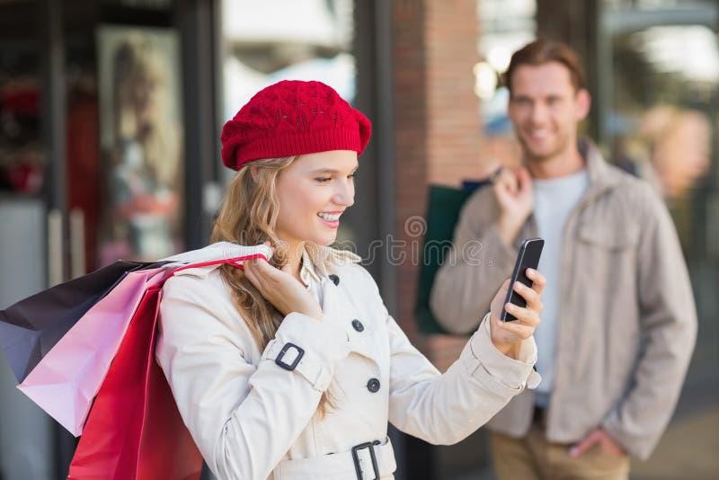 Ett lyckligt par med shoppingpåsar royaltyfri fotografi