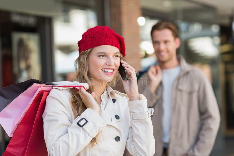 Ett lyckligt par med shoppingpåsar arkivbilder