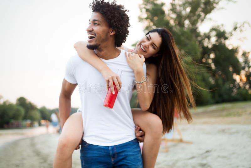Ett lyckligt par som har kul på stranden Ledighet, semester, kärlek och vänskap fotografering för bildbyråer