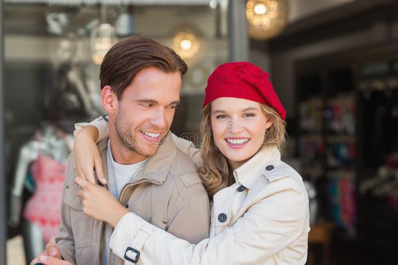Ett lyckligt par som tillsammans ler royaltyfri bild