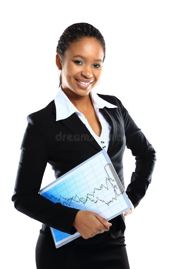 Ett lyckligt ungt affärskvinnainnehav en clipboard arkivfoton