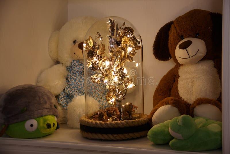 Ett magiskt träd under en exponeringsglaskupol arkivfoton