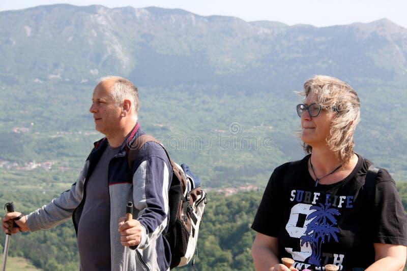 Ett medelålderst par som håller ögonen på en dal royaltyfri bild