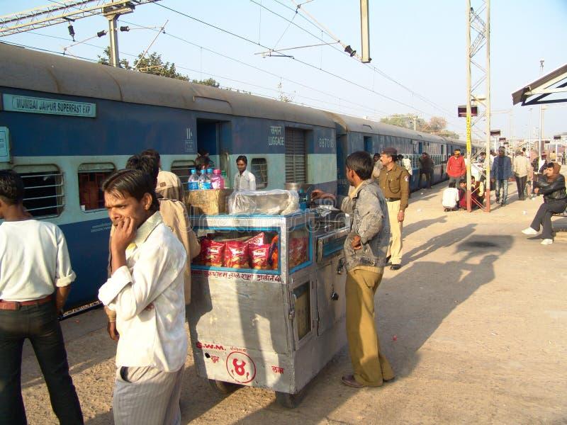 Mellanmålförsäljare på den järnväg plattformen arkivbilder