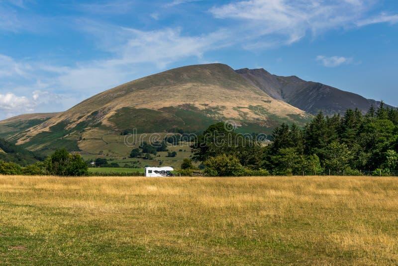 Ett motoriskt hem eller en RV som parkeras bredvid berget arkivbilder