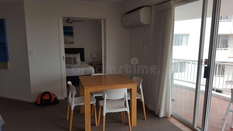 Ett mycket bekvämt äta middag område i min älskvärda lägenhet på Alpha Sovereign Resort, surfare Paradise, Queensland royaltyfria foton