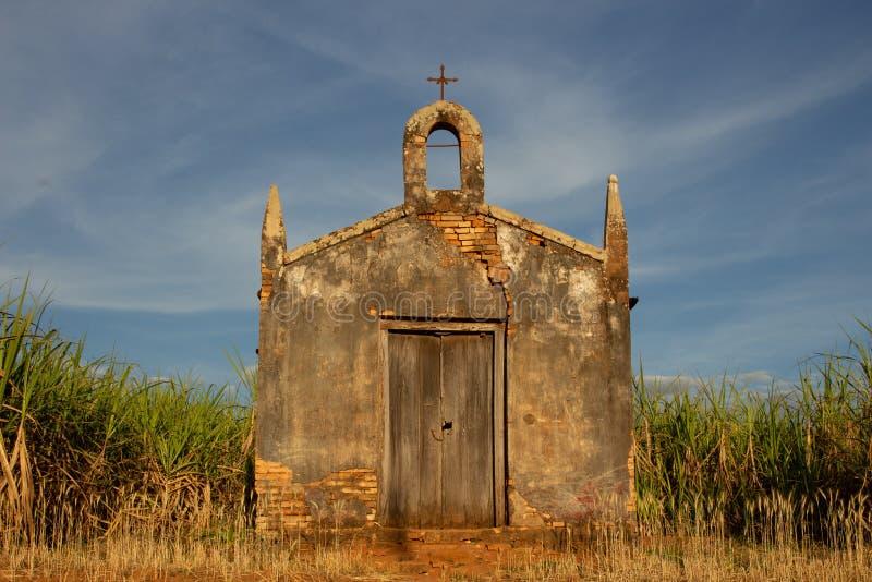 Ett mycket gammalt kapell i ingenstans royaltyfri foto