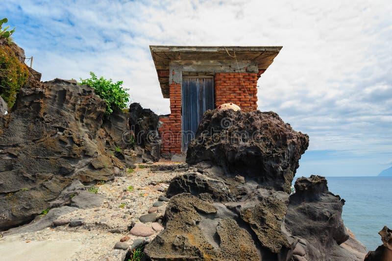 Ett mycket litet skjul på en stenig klippa av den Alicudi ön arkivbilder