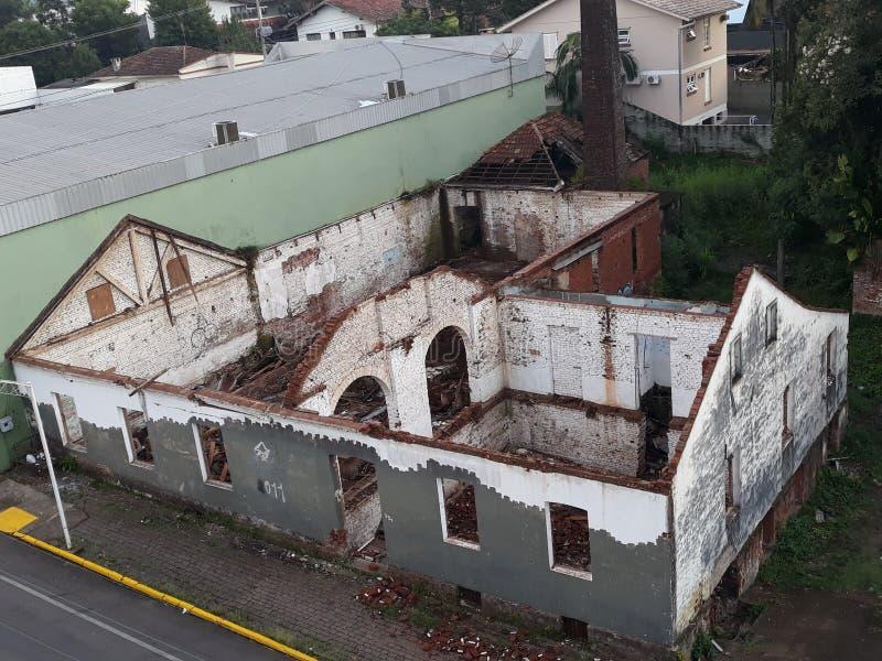 ett mycket roligt hus, hade det inget tak eller något arkivfoton