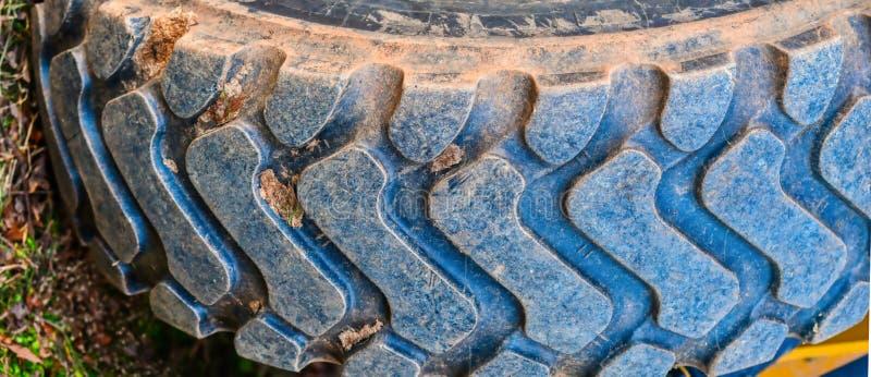 Ett mycket stort gummihjul för en stor laddare arkivbilder