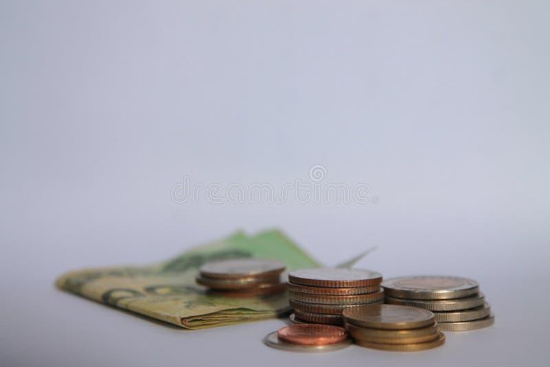 Ett mynt är en graf i en vit bakgrund Affärsidéer tillfogar en kolonn till dina besparingar idé för affärsbankrörelsebegrepp Peng royaltyfri foto