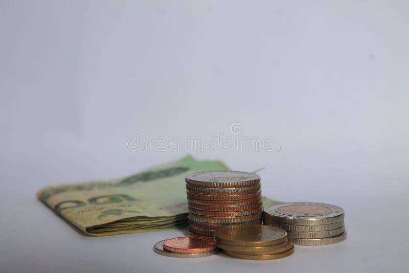 Ett mynt är en graf i en vit bakgrund Affärsidéer tillfogar en kolonn till dina besparingar idé för affärsbankrörelsebegrepp Peng arkivbilder