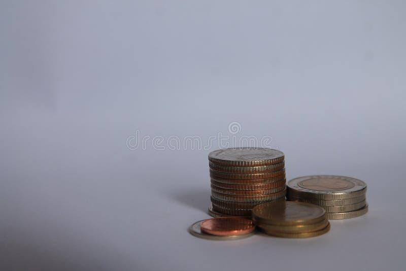 Ett mynt är en graf i en vit bakgrund Affärsidéer tillfogar en kolonn till dina besparingar idé för affärsbankrörelsebegrepp Peng arkivfoton