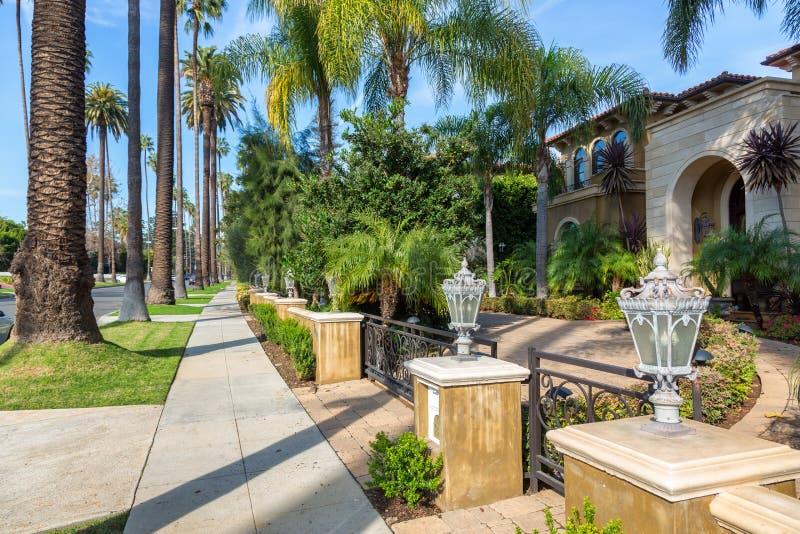Ett nätt Beverly Hills hus royaltyfria foton