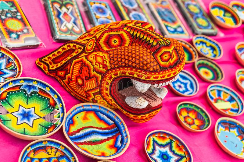 Ett nationellt hus för mexikan fläktar i Gostiny Dvor Nationella souvenirhantverk av den Huichol mosaiken av pärlor arkivbild