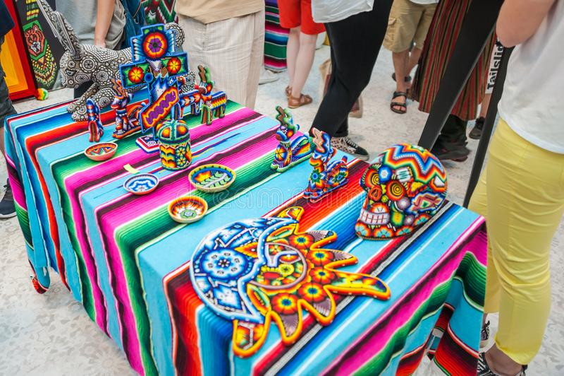 Ett nationellt hus för mexikan fläktar i Gostiny Dvor Nationella souvenirhantverk av den Huichol mosaiken av pärlor royaltyfri foto