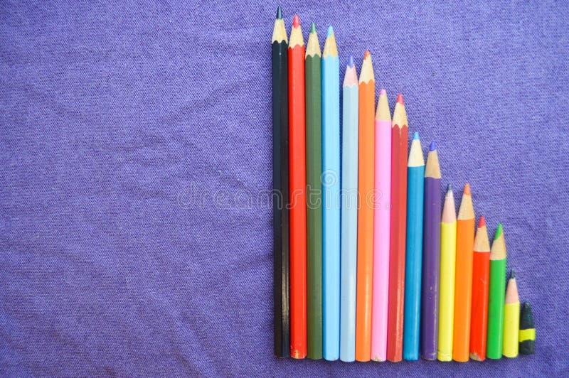 Ett nedgående diagram av den färgrika, ljusa nyanserade teckningen ritar, en anteckningsbok royaltyfri fotografi