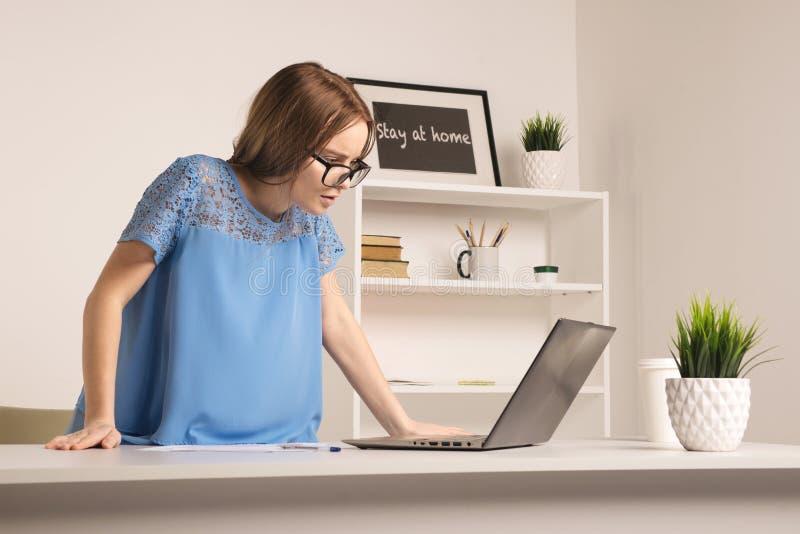 Ett nervöst ungt affärskvinnaanseende i vitt kontorsrum arkivfoton