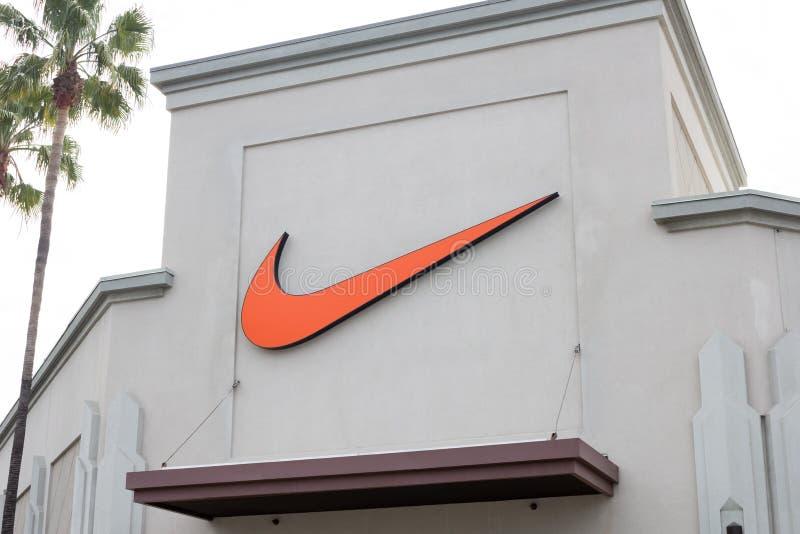 Ett Nike tecken framme av lagret royaltyfria bilder