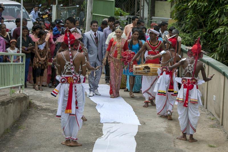 Ett nyligen gift srilankesiskt par på Pinnewala (Pinnawela) i Sri Lanka fotografering för bildbyråer