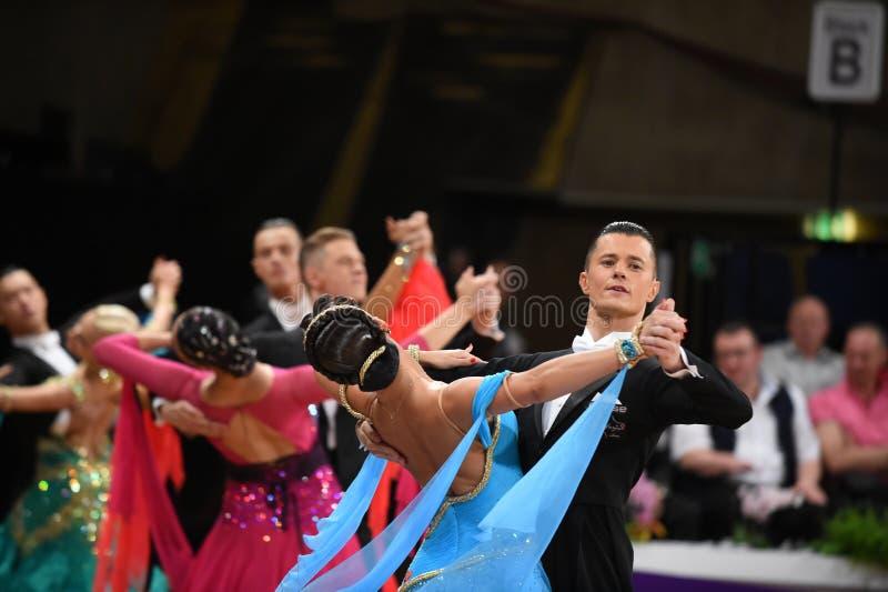 Ett oidentifierat danspar i en dans poserar under normal för storslagen Slam på den öppna mästerskapet för tysk royaltyfri fotografi