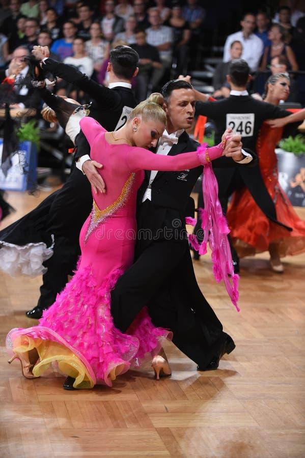 Ett oidentifierat danspar i en dans poserar under normal för storslagen Slam på den öppna mästerskapet för tysk royaltyfri bild