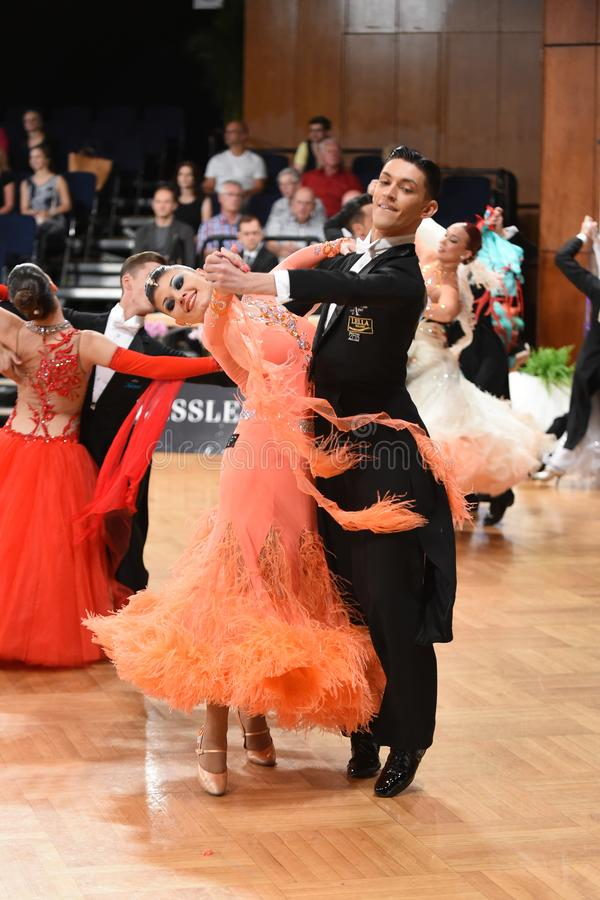 Ett oidentifierat danspar i en dans poserar under normal för storslagen Slam på den öppna mästerskapet för tysk arkivbilder