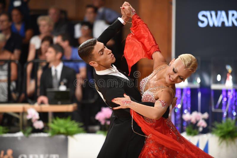 Ett oidentifierat danspar i en dans poserar under normal för storslagen Slam på den öppna mästerskapet för tysk royaltyfria bilder