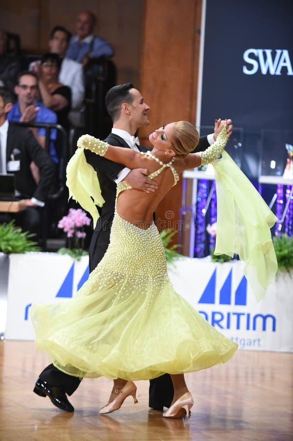Ett oidentifierat danspar i en dans poserar under normal för storslagen Slam på den öppna mästerskapet för tysk fotografering för bildbyråer