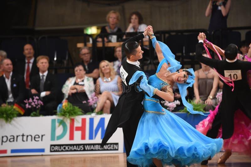Ett oidentifierat danspar i en dans poserar under normal för storslagen Slam på den öppna mästerskapet för tysk arkivbild