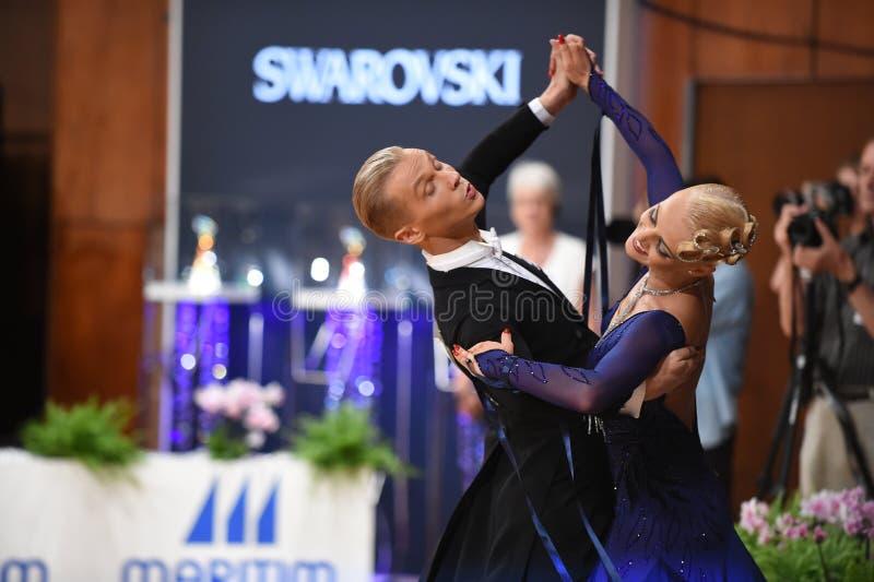 Ett oidentifierat danspar i en dans poserar under normal för storslagen Slam på den öppna mästerskapet för tysk arkivfoton