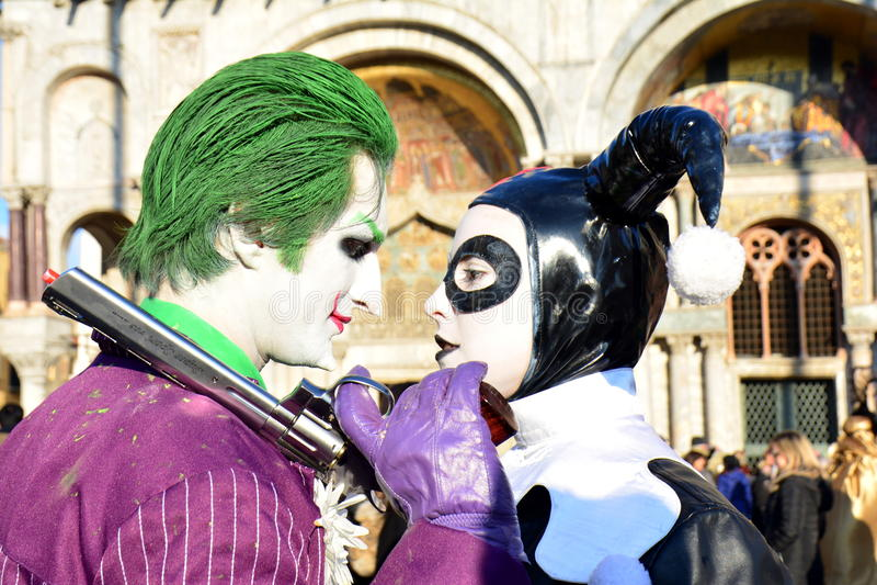 Ett oidentifierat man- och kvinnapar bär jokermaskeradkläder under den Venedig karnevalet royaltyfri fotografi