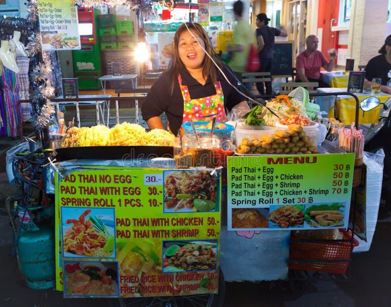Ett oidentifierat Padthai säljareanseende på   Khaosan väg Bangkok, Thailand på 16 Januari 2014 royaltyfri bild