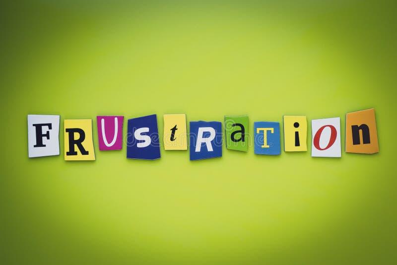 Ett ord som skriver textfrustration från klippta bokstäver på en grön bakgrund Rubrik - frustration, kort av psykologi Baner med  arkivfoto