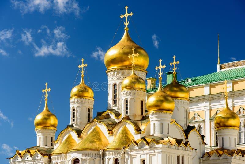 Ett ortodoxt cathdral med dess guld- kupoler royaltyfri bild