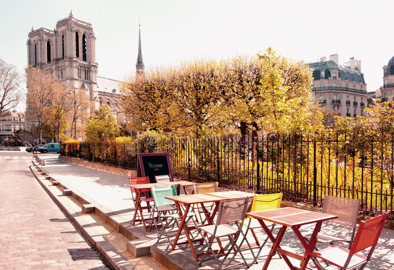 Ett outddoorkafé bredvid Notre Dame Cathedral i Paris fotografering för bildbyråer