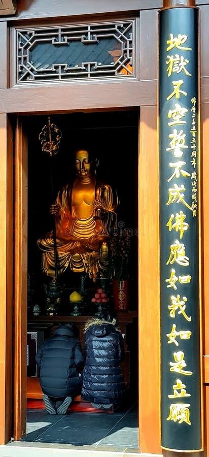 Ett par av Buddhakvinnor med en ärlig hjärta royaltyfri bild