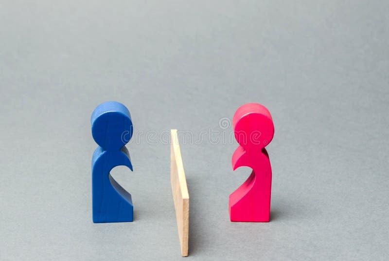 Ett par av den vänner delade barriären Begrepp av avbrott av förhållanden och att sära och att gräla Familjpsykologservice skilsm arkivfoto