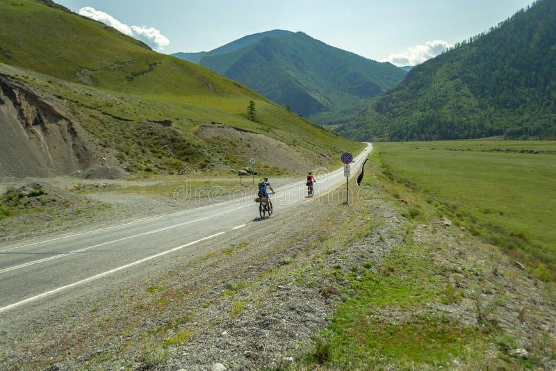 Ett par av mannen och kvinnan i hjälmar rider på sportcyklar på arkivfoton