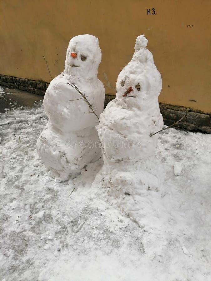 Ett par av snögubbear i gården arkivbilder