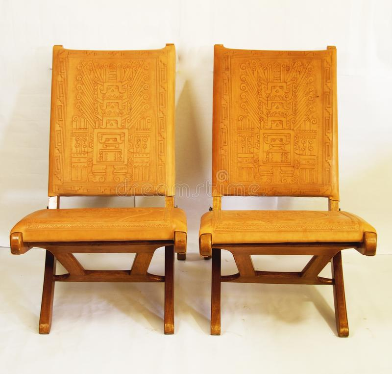 Ett par av stolar som göras av cowÂs läder arkivbild